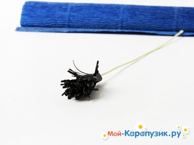 Изготовление васильков из гофрированной бумаги - фото 10