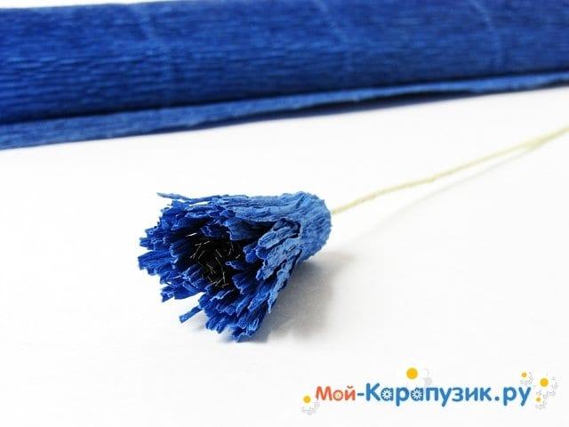 Изготовление васильков из гофрированной бумаги - фото 11