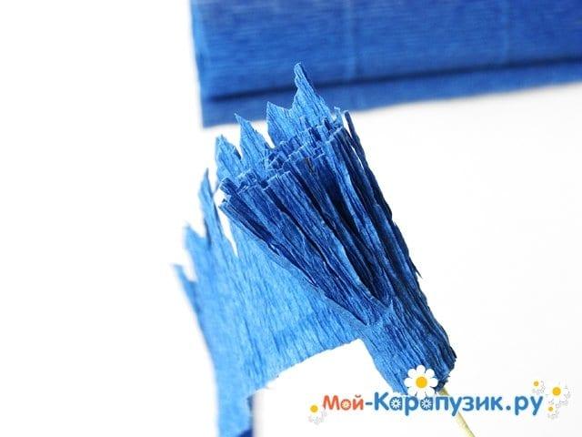 Изготовление васильков из гофрированной бумаги - фото 12