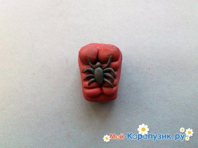 Лепка человека-паука из пластилина - фото 7