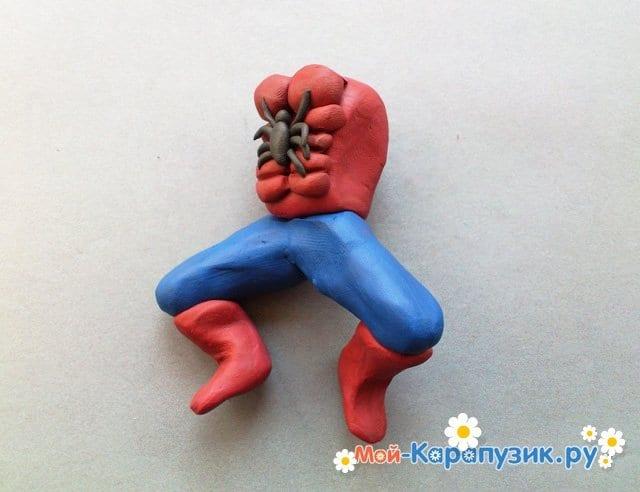 Лепка человека-паука из пластилина - фото 9
