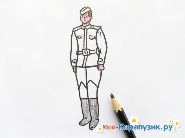 Поэтапное рисование солдата цветными карандашами - фото 12