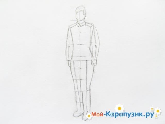 Поэтапное рисование солдата цветными карандашами - фото 7