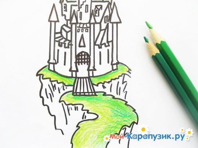 Поэтапное рисование замка цветными карандашами - фото 8