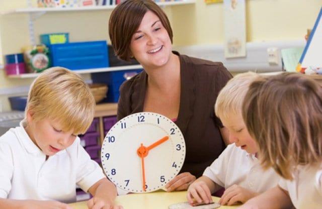 Дети учатся определять время по часам