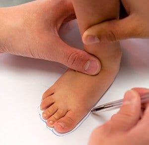 Обводим стопу ребенка ручкой