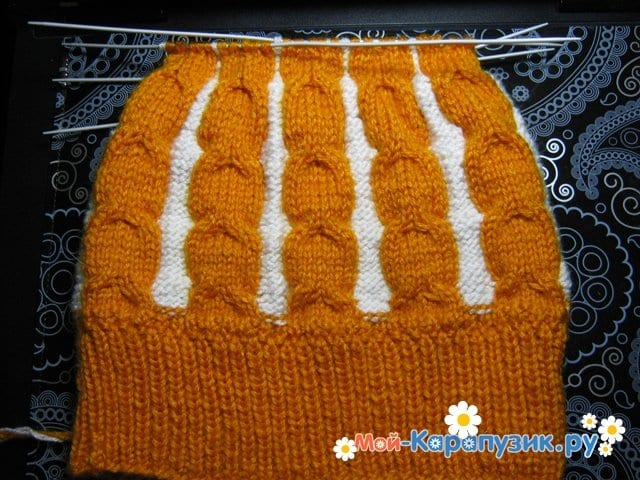 Вязание шапки с помпоном спицами - фото 12
