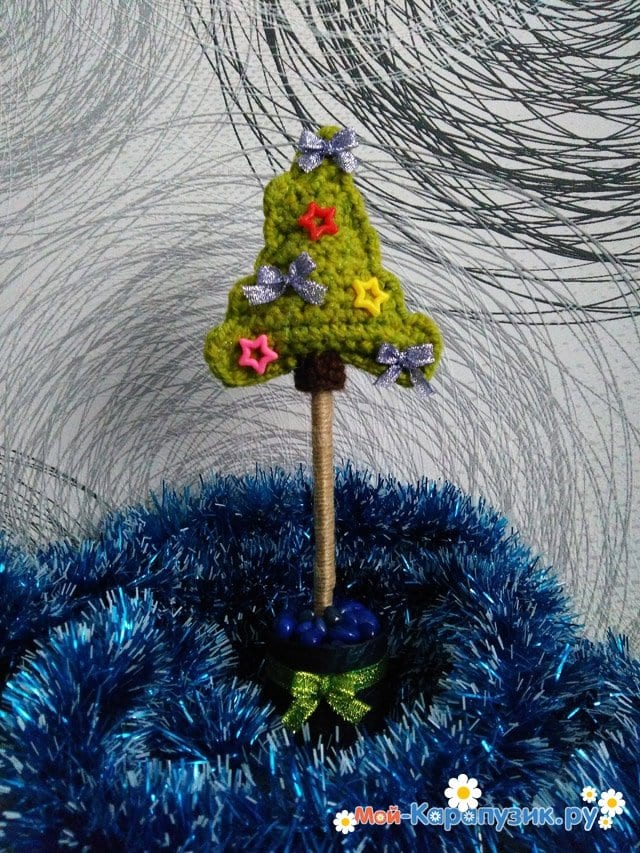 Маленькая вязаная елка в офис - фото 11