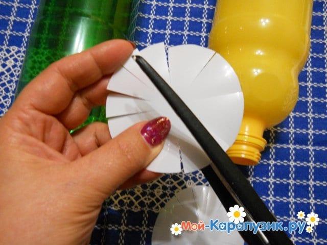 Изготовление ромашки из пластиковых бутылок - фото 4