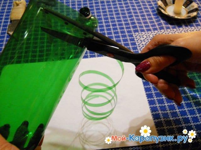 Изготовление ромашки из пластиковых бутылок - фото 7