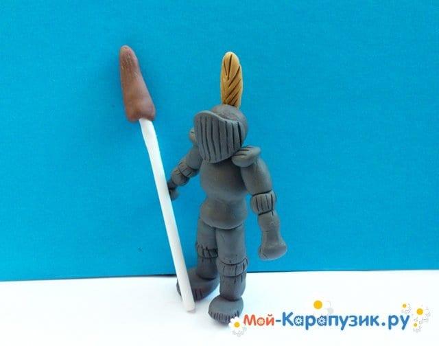 Лепка рыцаря из пластилина - фото 12